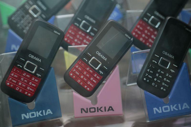 蒲隆地境內販售的手機上印有Obama字樣。(美聯社)