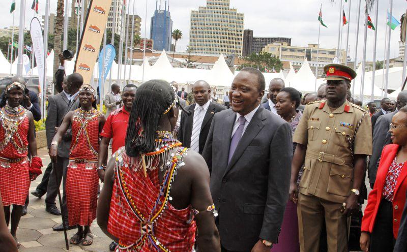 肯亞現任總統肯雅塔(右二著西裝者)。(美聯社)