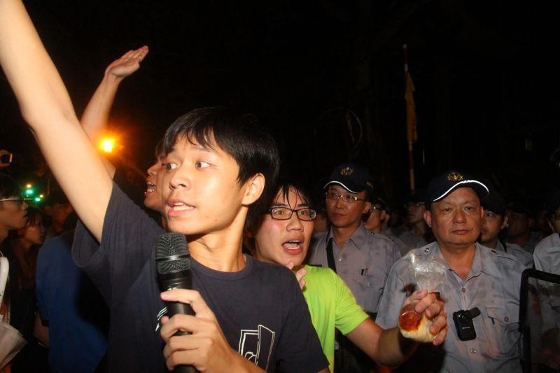 反課綱學生23日深夜攻入教育部,遭警方壓制逮捕;24日凌晨再次衝撞教育部入口,要求警方說明遭逮捕學生下落。(曾原信攝)