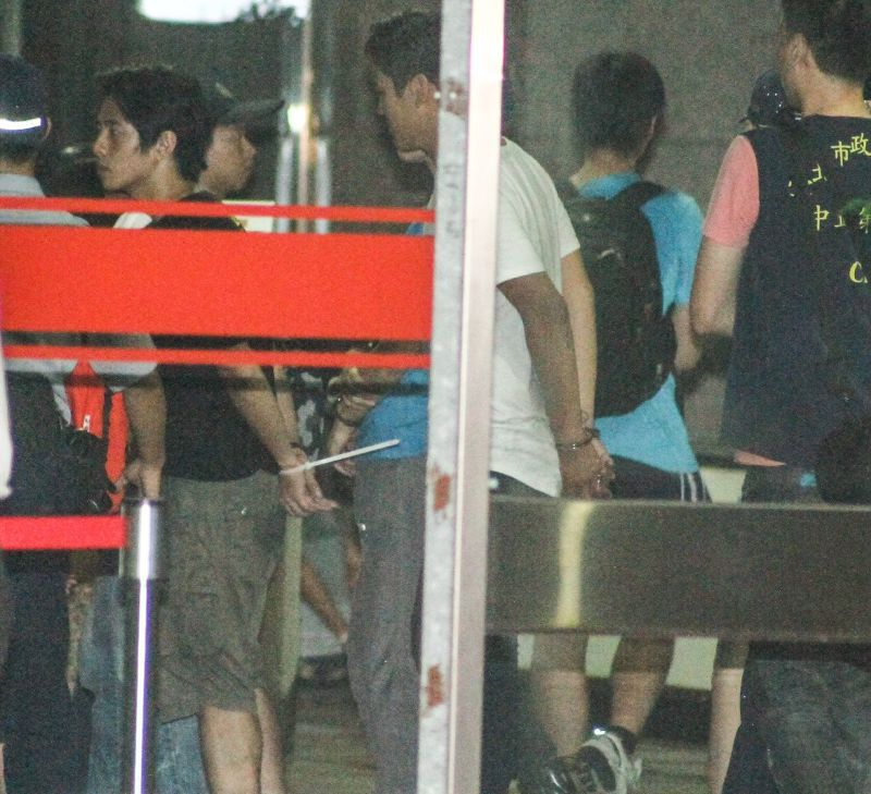 攻佔教育部的學生被警方上束帶和手銬(曾原信攝)