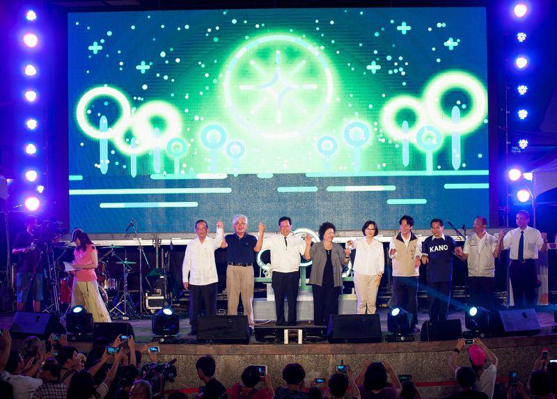 蔡英文稍晚和黨籍市長共同進行「點亮台灣」儀式。(取自臉書)