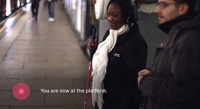 Wayfindr告訴使用者所在位置以及下一步要怎麼走,幫助視障朋友獨自搭乘大眾交通工具。(圖/millsustwo@youtube)