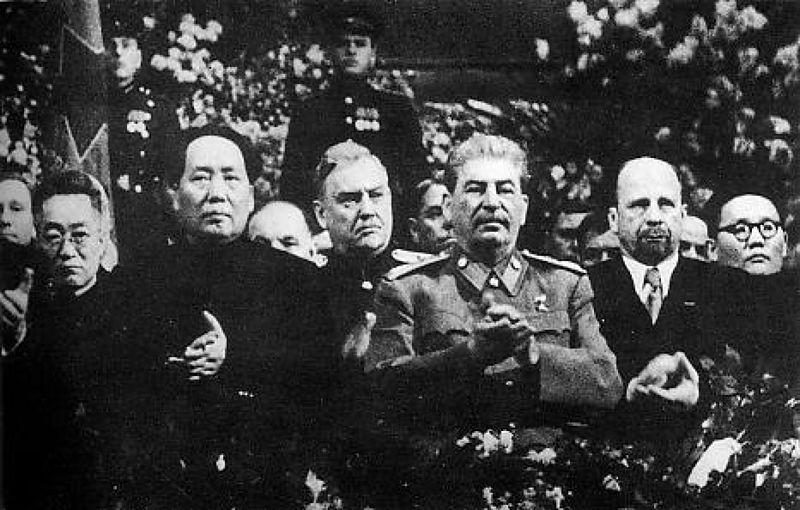 1949年12月史達林(前排右)71歲生日慶祝活動上,他與毛澤東(前排右)合照。