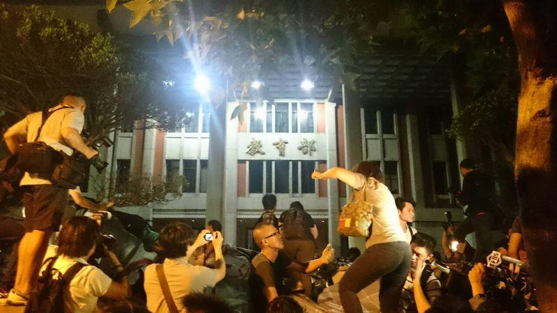 20150731學生再度攻入教育部。(林彥呈攝)