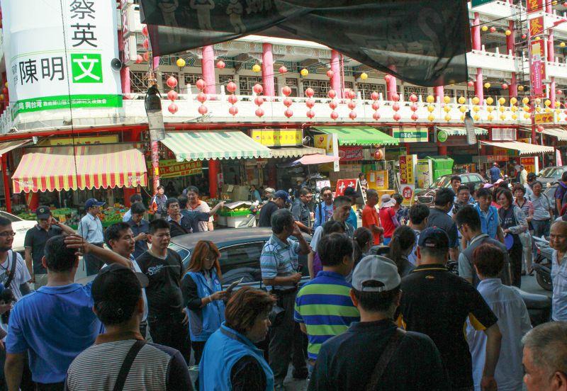 20150731-SMG0045-022-洪秀柱掃街-自己人比鄉親多-周怡孜攝.jpg