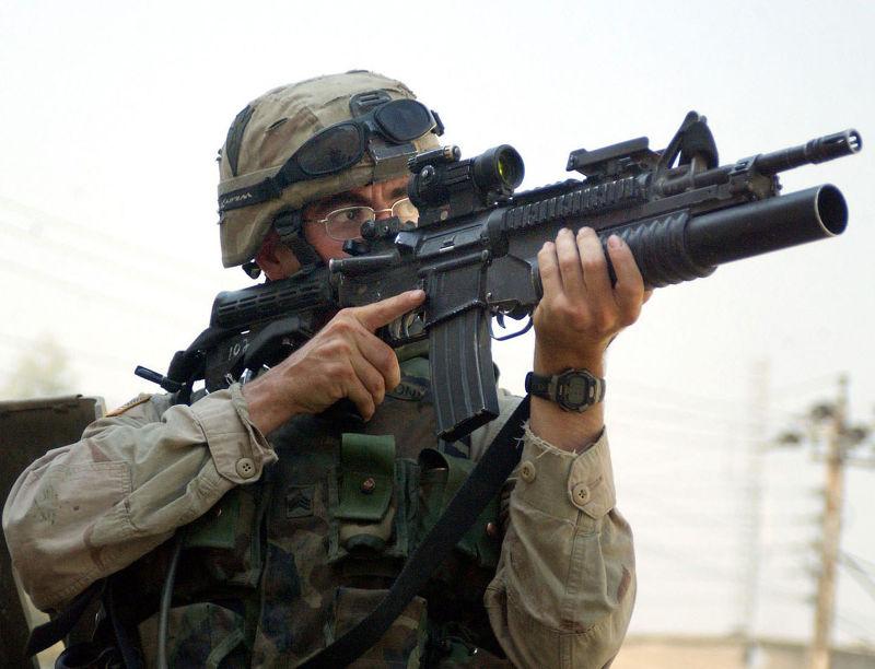 圖為裝上M203 40mm榴彈發射器的M4A1卡賓槍,槍上還裝有Aimpoint Comp M2紅點鏡。(取自維基百科)