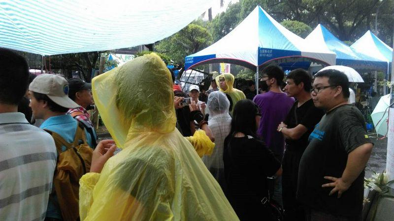 78今天開始下雨,在教育部前的反課綱運動者提供雨衣雨具。(郭佩凌攝) (複製).JPG