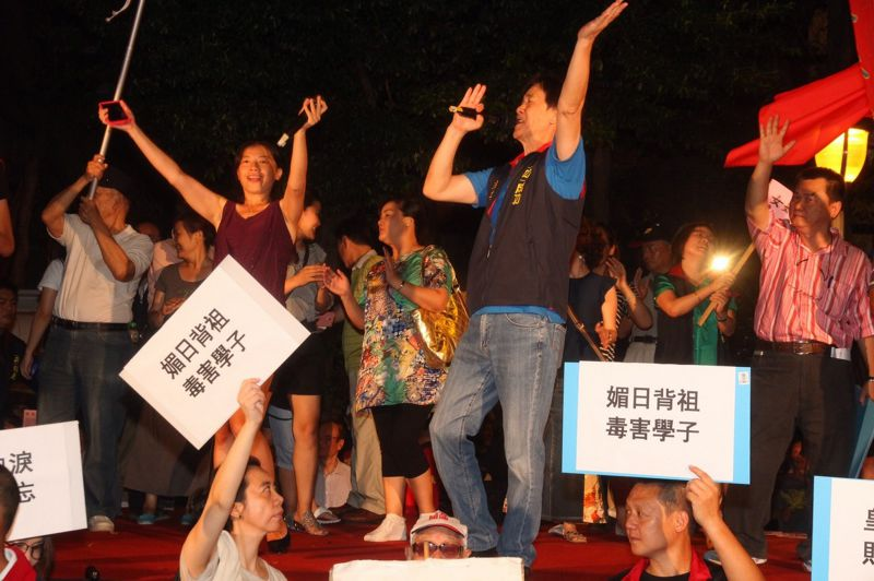 5中華統一促進黨到現場嗆反課綱學生。(曾原信攝) (複製).jpg
