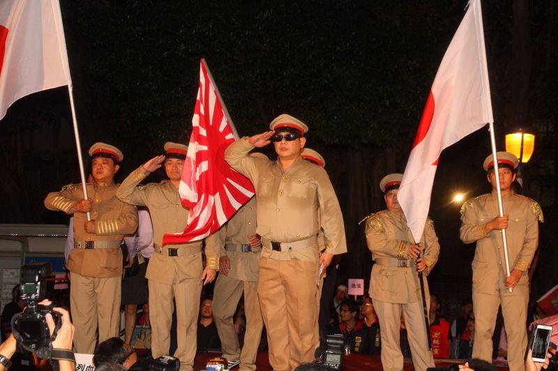 12白狼晚間到教育部現場,又如中午到民進黨中央抗爭一般,帶著打扮成日本皇軍模樣的隊伍。(曾原信攝) (複製).jpg