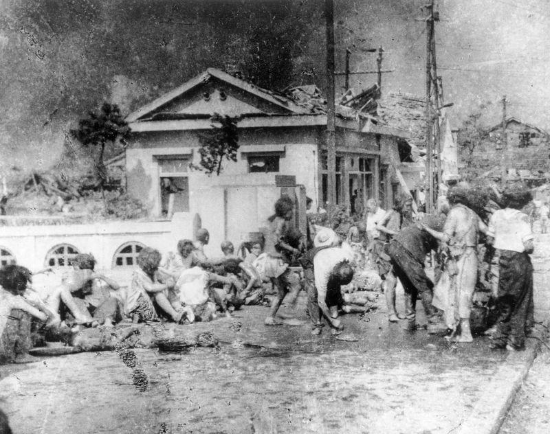廣島原爆倖存者等待醫治。(美聯社)