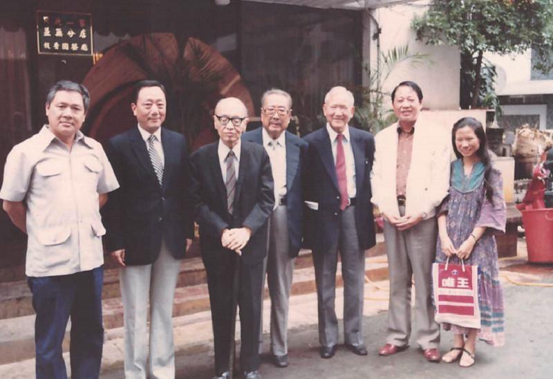 左起瘂弦先生、劉國瑞先生、鄭騫先生、臺靜農先生、施友忠先生、洛夫先生與丘彥明合影留念。(允晨提供)