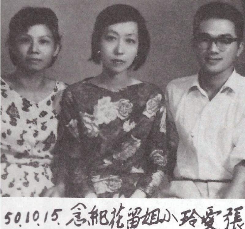 1961年10月15日攝於花蓮。左起:王禎和母親、張愛玲女士、王禎和先生。(允晨提供)