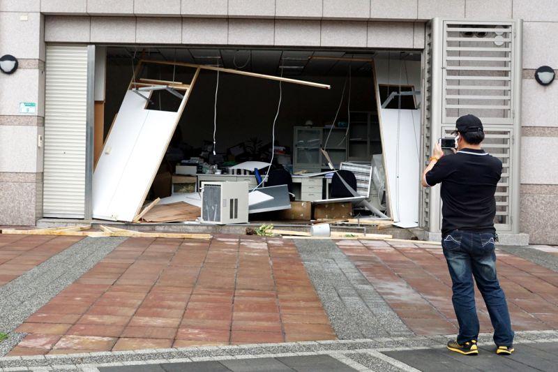 蘇迪勒颱風重創北台灣,住宅的鐵門也被摧毀。(蘇仲泓攝)