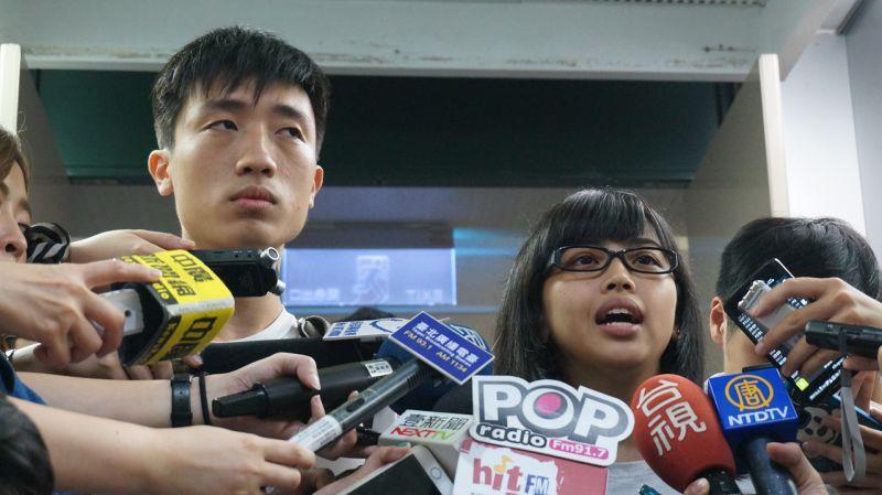 北區反課綱高校聯盟發言人王品蓁(右)與學生彭宬,呼籲教育部公開會議紀錄。(王彥喬攝)