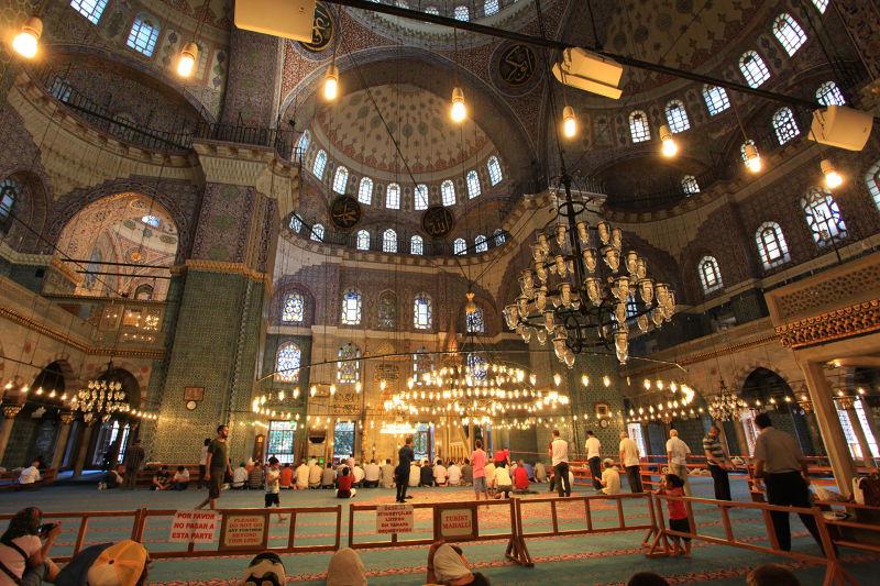 穿越260個小窗的光,融入昏黃的藍色清真寺內。
