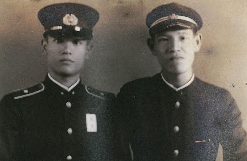 李登輝與胞兄李登欽(左)合照,1943年。(日本李登輝之友會提供)