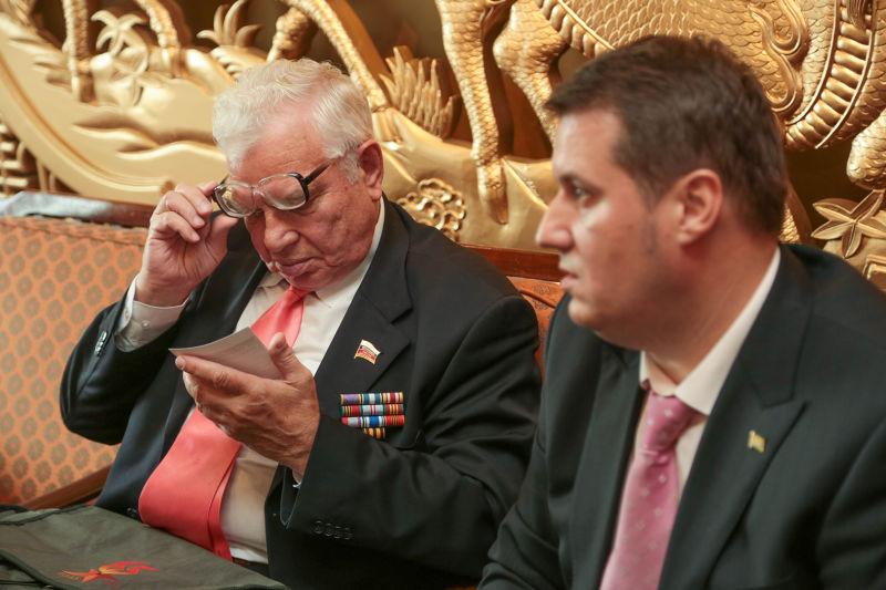 前蘇聯航空志願隊飛行員康士坦丁奧巴索夫(Constantin Opasov)之子尤金奧巴索夫(Evgeny Opasov)(左)及尼可萊馬特維夫(Nikolai Matveev)之孫安德烈馬特維夫(Andrey Matveev)媒體見面會-余志偉攝.jpg