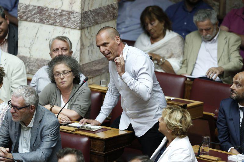 前財長瓦魯法基斯14日於國會發言,反對紓困方案。(美聯社)