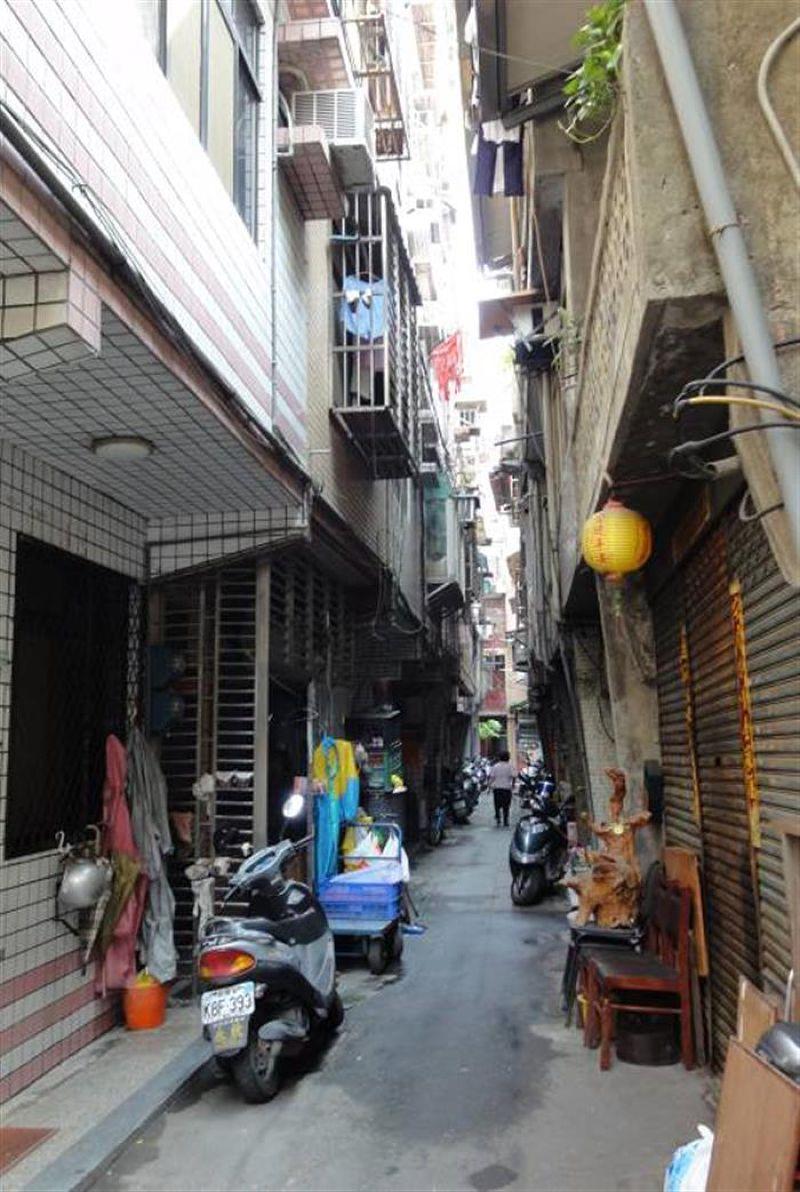 大陳社區巷道狹小,建築物老舊,將進行都更。(取自新北市政府網站)