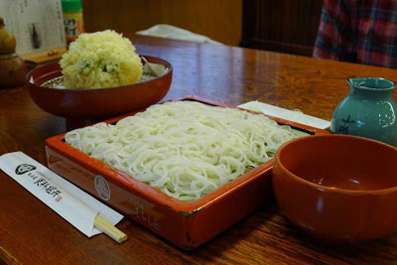 「かき揚げ天もり」是有附海鮮蔬菜炸物的冷蕎麥麵