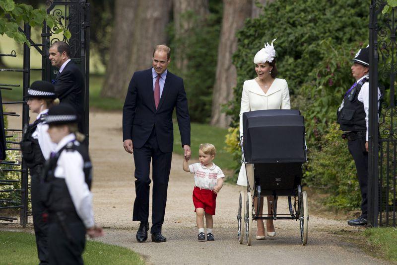 喬治王子與父母7月5日出席妹妹夏綠蒂的受洗典禮。(美聯社)