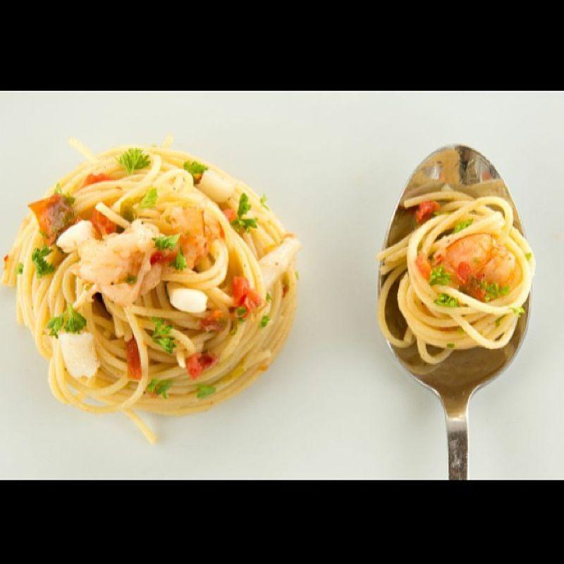 現抓海鮮帶來美味料理。(圖/The Rock Restaurant Zanzibar@facebook)