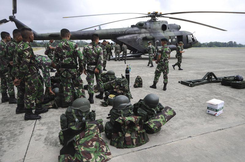 印尼軍方大批搜救物資已運抵機場,投入搜救工作。(美聯社)