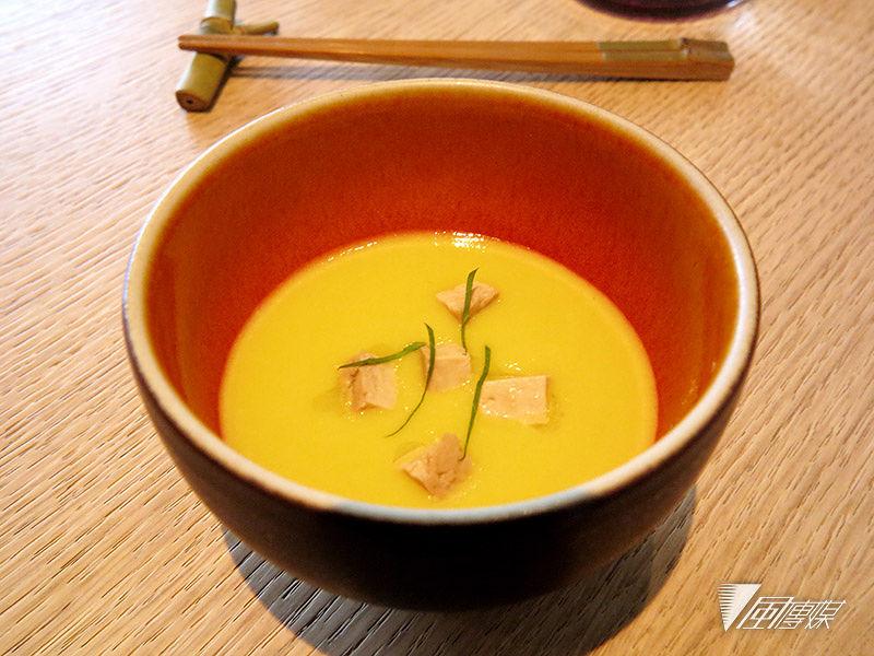 開胃小點,玉米湯佐滷豆腐丁