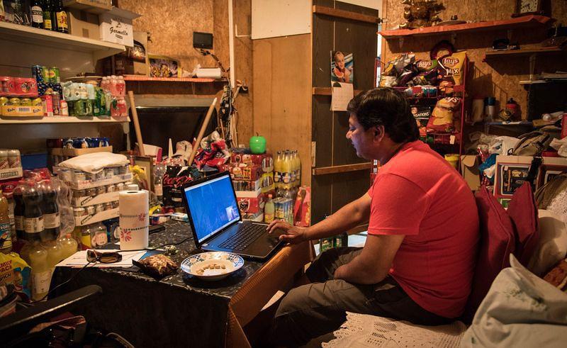 night shop 後頭的小倉庫,Sudhir每天都要和在印度的家人通話。洪滋敏攝