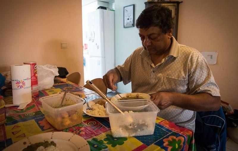 Sudhir 的早餐是中午十二點,午餐是下午四點半,晚餐則是凌晨兩點。洪滋敏攝。