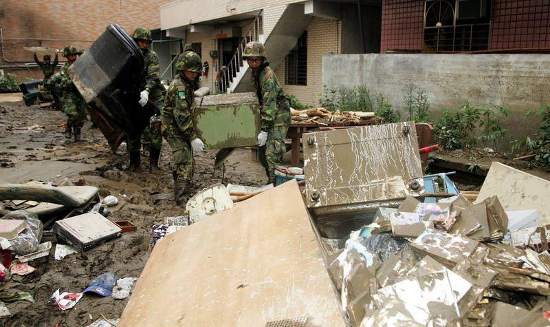 風災過後,最辛苦的就是投入救災的國軍官兵。(取自國防部發言人臉書粉絲頁)