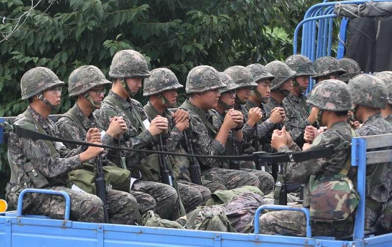 在南北韓交界戒備的南韓軍隊(美聯社)