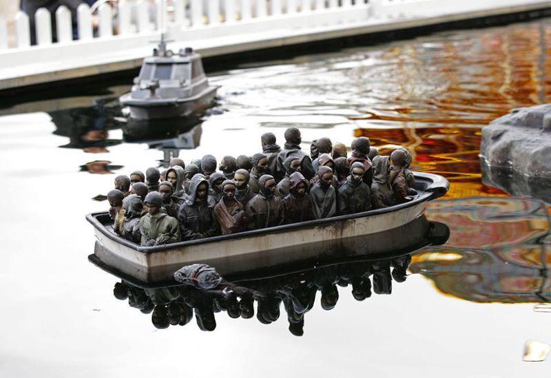 難民為了逃亡,共乘早已超載的船。(圖/取自Dismaland_tickets臉書)