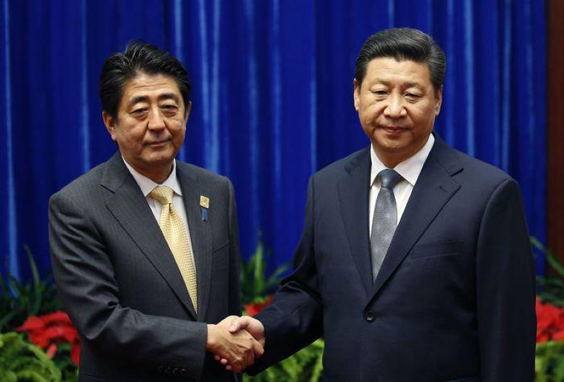 日本首相安倍(左)與中國國家主席習近平(右)2014年11月10日在北京的亞太經合會(APEC)期間舉行了眾所矚目的首腦會談。