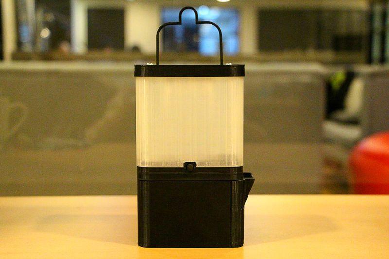 鹽燈大大的改善了缺電人民的生活。(圖/SALt - Sustainable Alternative Lighting@facebook)