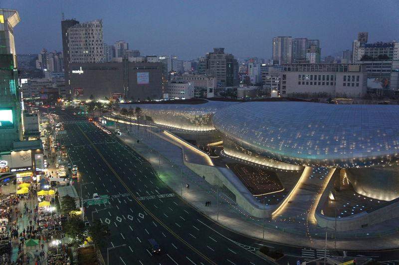 首爾東大門DDP設計廣場(圖/準建築人手札網站 Forgemind ArchiMedia@flickr)