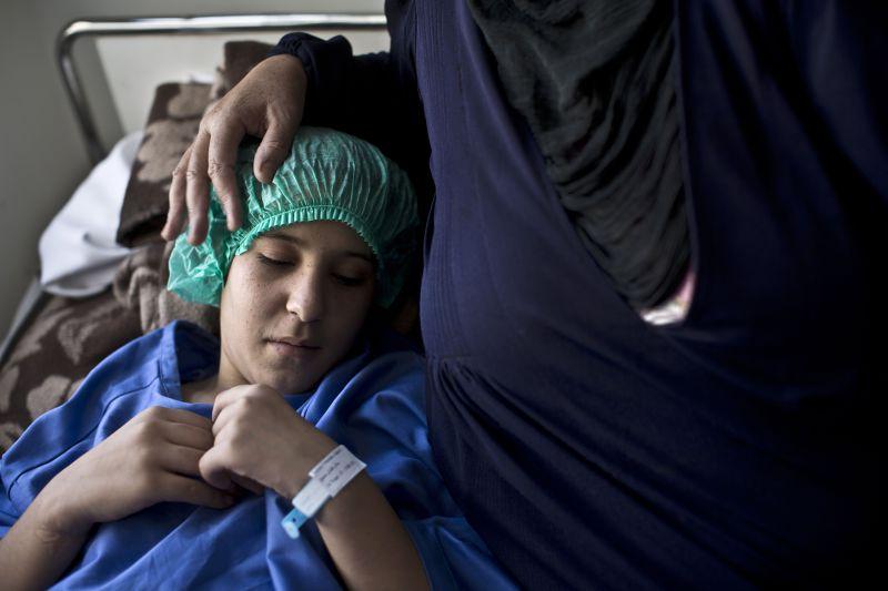 莎拉姆麻醉後準備接受手術。(美聯社)