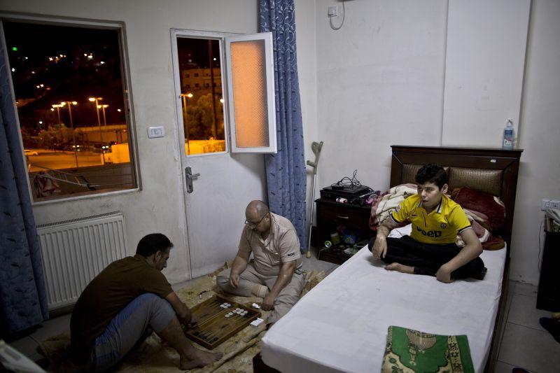 亞莫德(右)與親人住在醫院附近的旅館中。(美聯社)