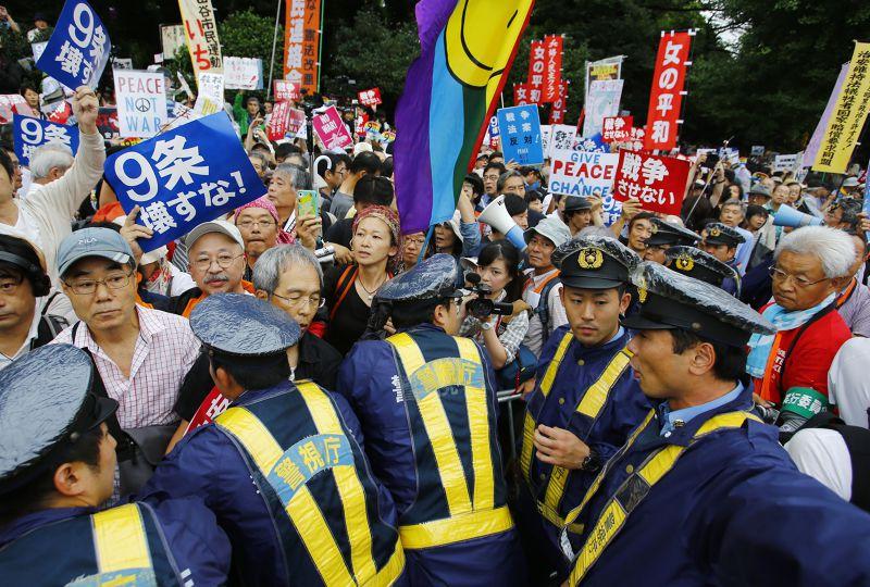 部分日本民眾29日與警方發生衝突。(美聯社)