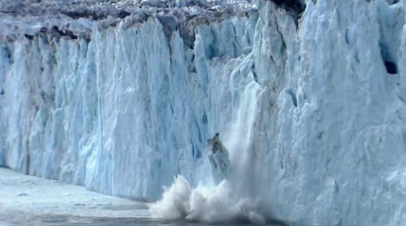 鏡頭捕捉到冰山崩塌的瞬間,人類正在失去這些自然資源。(截圖取自YouTube)