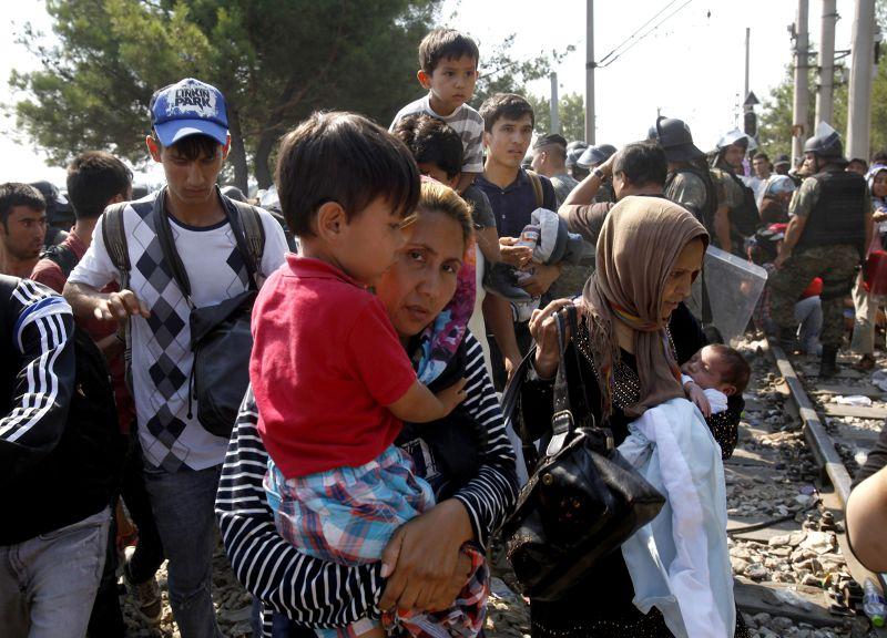 抱著小孩的逃難婦女。(美聯社)