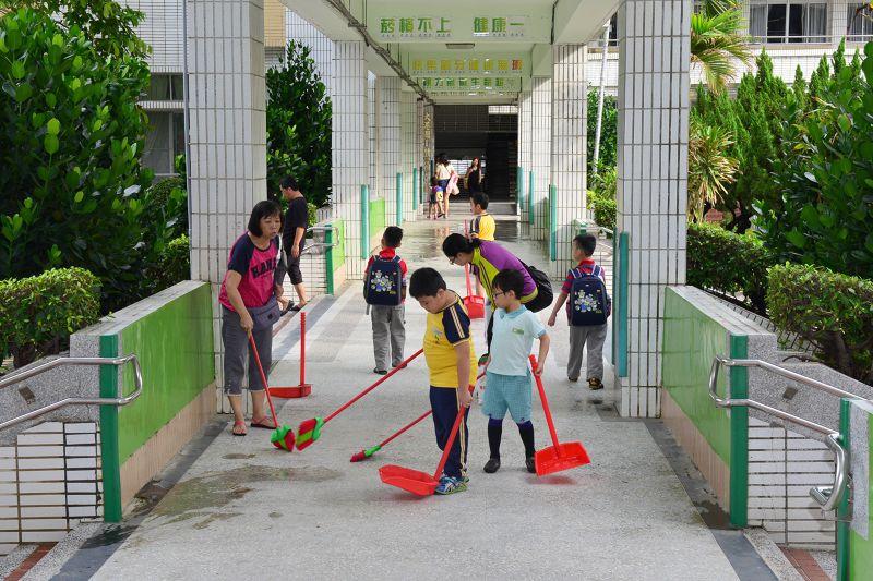 學童一大早到校就認真打掃校園環境.jpg