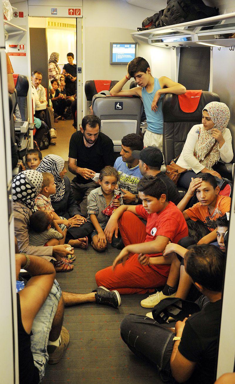 31日幸運搭上難民列車抵達德國的難民。(美聯社)