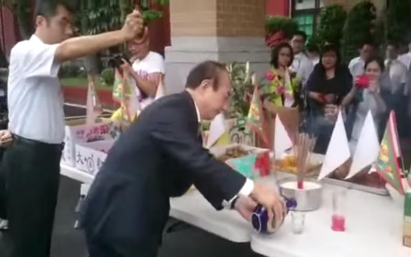 立法院中元普渡由院長王金平「主普」。(截取自youtube畫面)