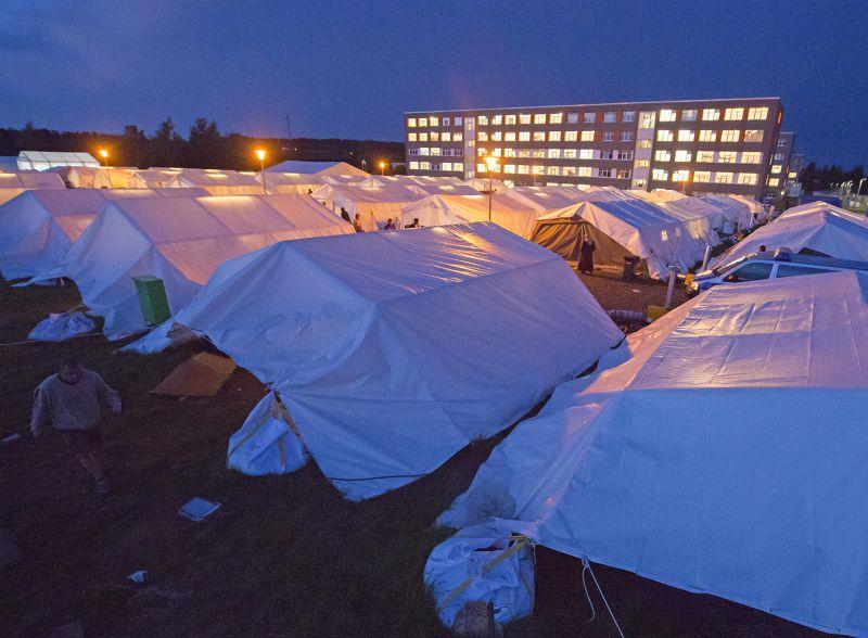 在德國城市哈伯斯塔特(Halberstadt)的帳篷內棲身的難民。(美聯社)