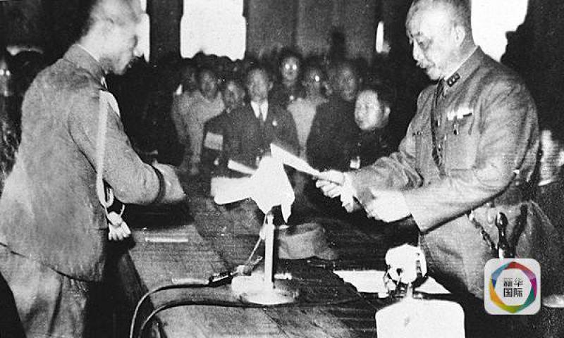 台灣省受降儀式於1945年10月25日在台北市中山堂舉行,侵華日軍投降代表安藤利吉在儀式上將投降書呈送給中國受降主官陳儀。(新華社)