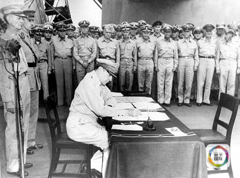 美國太平洋戰區最高統帥麥克阿瑟將軍在美國「密蘇里號」戰艦上簽署日本投降書。(新華社)