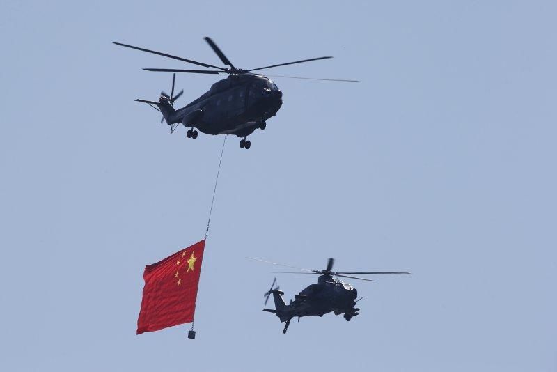中國九三大閱兵,解放軍武裝直昇機攜國旗進場(美聯社)