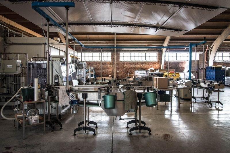 啤酒裝瓶貼標的機器。Brasserie de la Senne啤酒廠一景。(洪滋敏攝)
