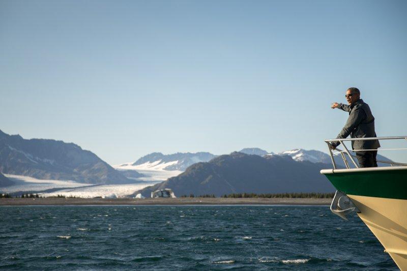 歐巴馬2日搭船看冰川。(美聯社)